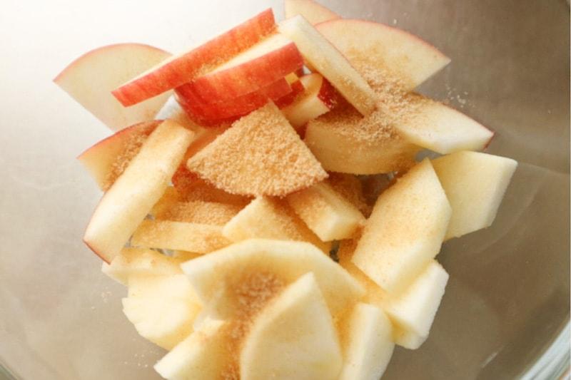 りんごと砂糖をボウルへ入れる