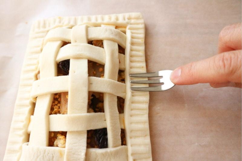 パイの縁をフォークで押してとめる